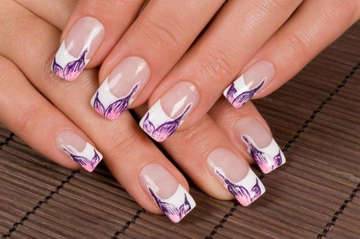 uñas largas de forma cuadrada con línea blanca gruesa y decorado motivos florales en color lila