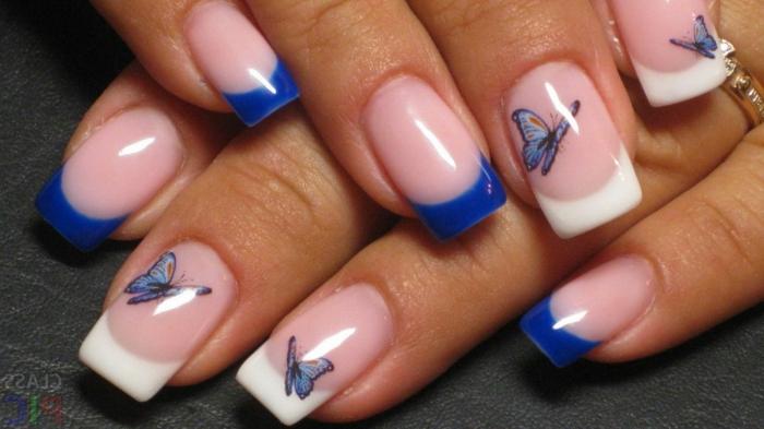 diseño de uñas en blanco y azul, largas uñas de forma cuadrada con pegatinas en forma de mariposas