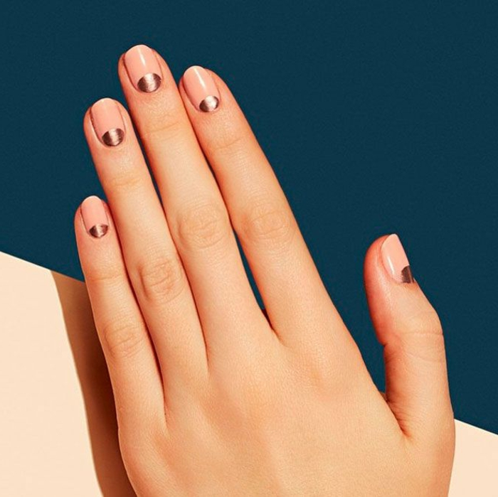 uñas cortas ovaladas diseño minimalista, media luna en color bronce en la base de la uña