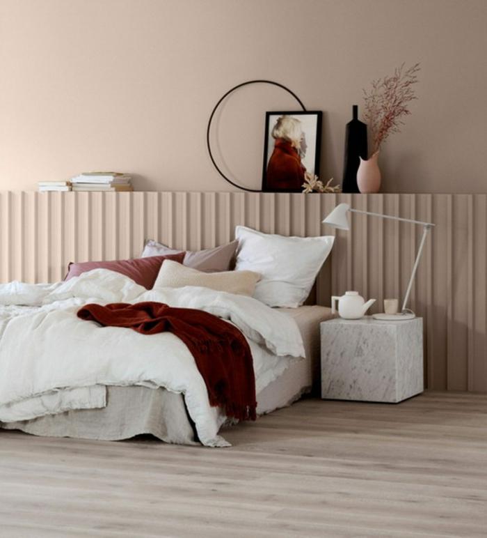 dormitorio moderno en colores pastel con detalles en bordeos, suelo de parquet, elementos decorativos