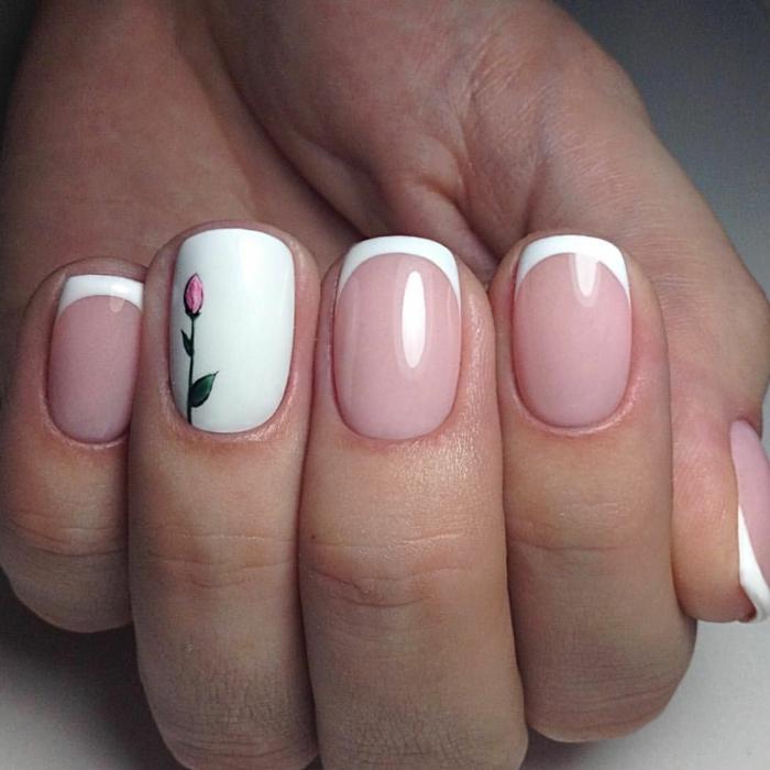 diseño elegante de manicura francesa fondo color nude, línea blanca delgada, dedo anular en blanco con dibujo de rosa