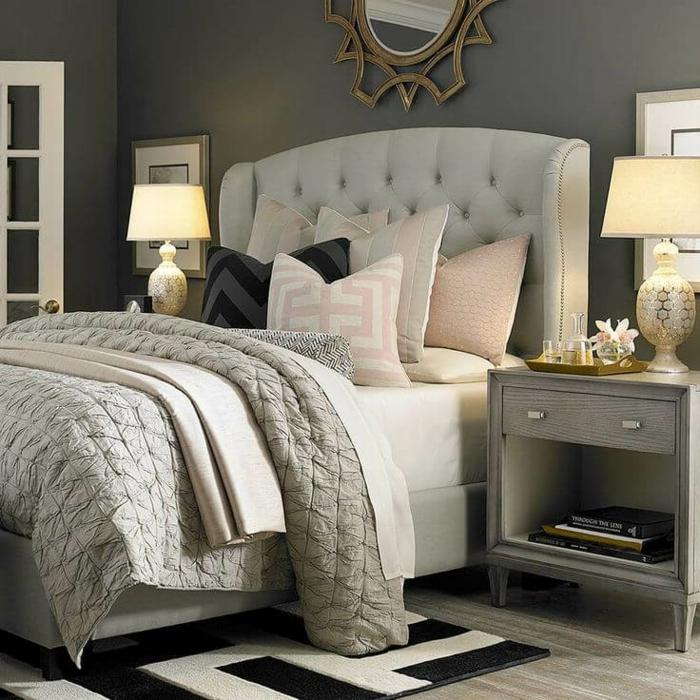 habitacion paredes en gris oscuro, cama con cabecero en beige, alfombra en blanco y negro
