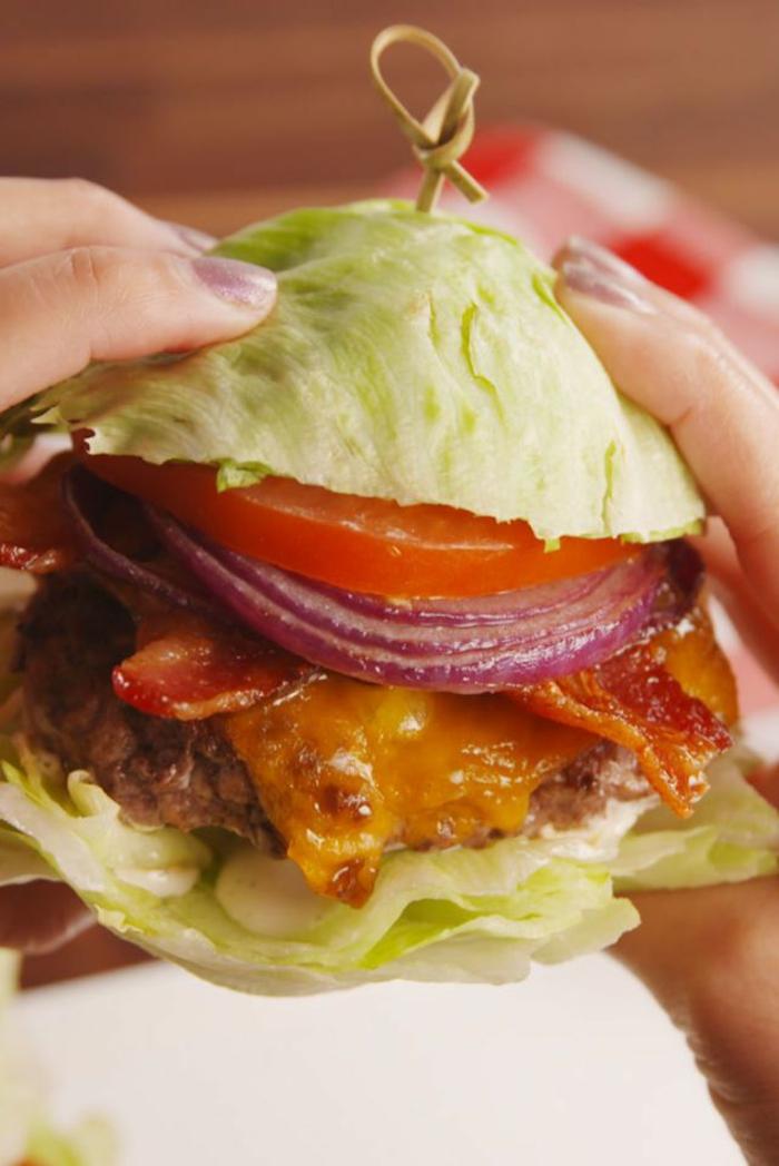 bocadillo original con col, tomates, cebola morada, tocino, queso y hamburguesa de ternara
