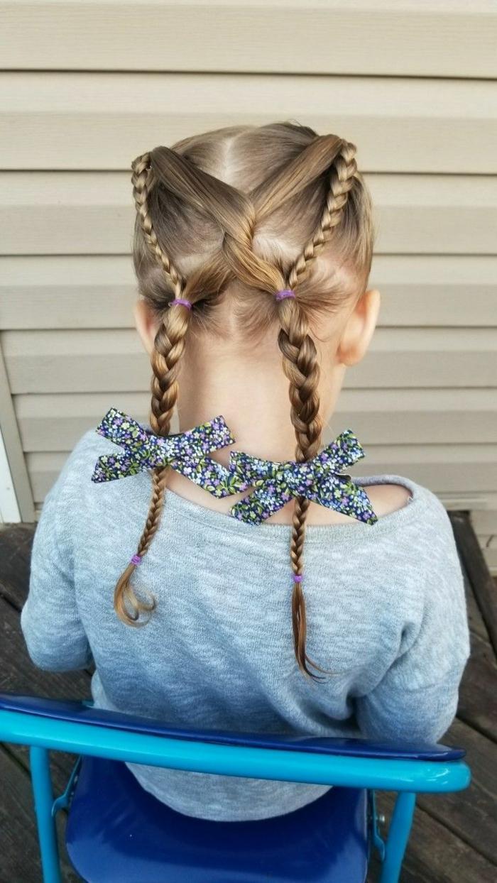 recogidos fáciles, niña con el pelo entrelazado con trenzas y con coleteros de flores en cada coleta