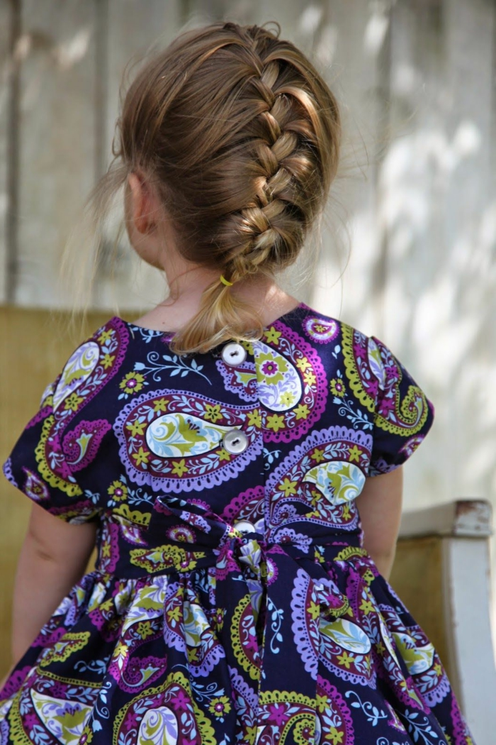 recogidos fáciles, niña con vestido de muchos colores de mitovos étnicos y de flores, media melena