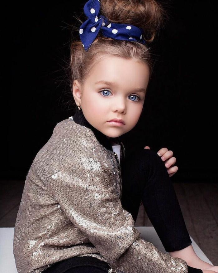 recogidos pelo largo, niña con moño alto con pañuelo azul marino con lunares blancos grandes