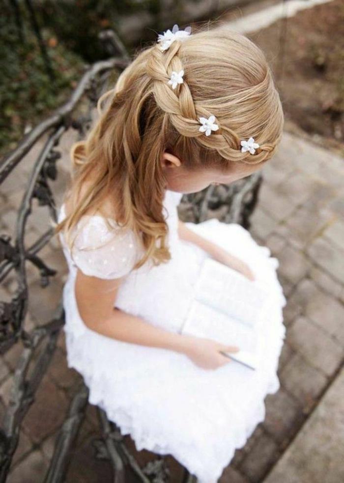 recogidos pelo largo niña con vestido blanco oficial y largo, de comunión con pelo rubio largo y ondulado