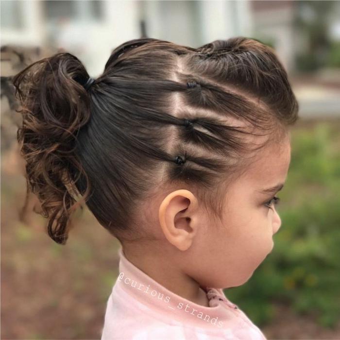 recogidos pelo largo niña pequeña con coleta rizada y con coletas pequeñas en la parte delantera, con tupé