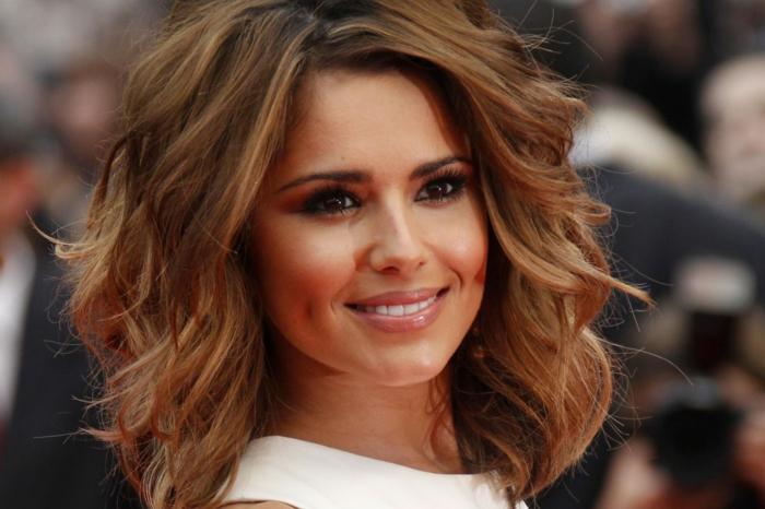 reflejos rubios Cheryl Cole, una cantante preciosa con el pelo corto, melena midi rizada con reflejos rubios