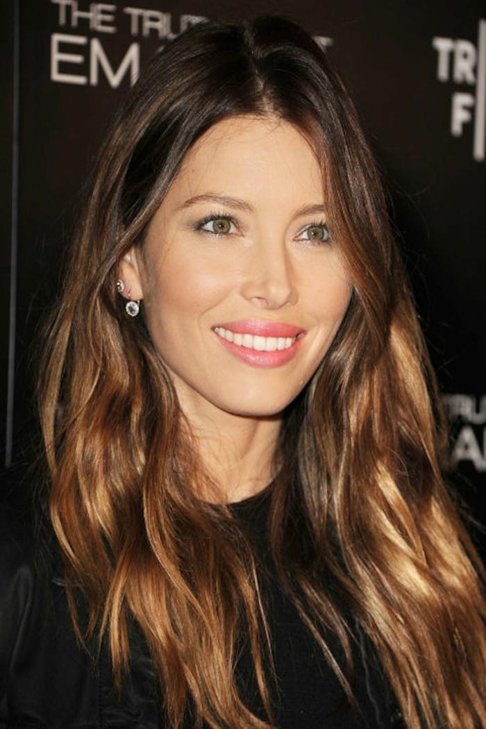 reflejos rubios de Jessica Biel con pelo largo ondulado castaño oscuro con iluminaciones y bonita sonrisa