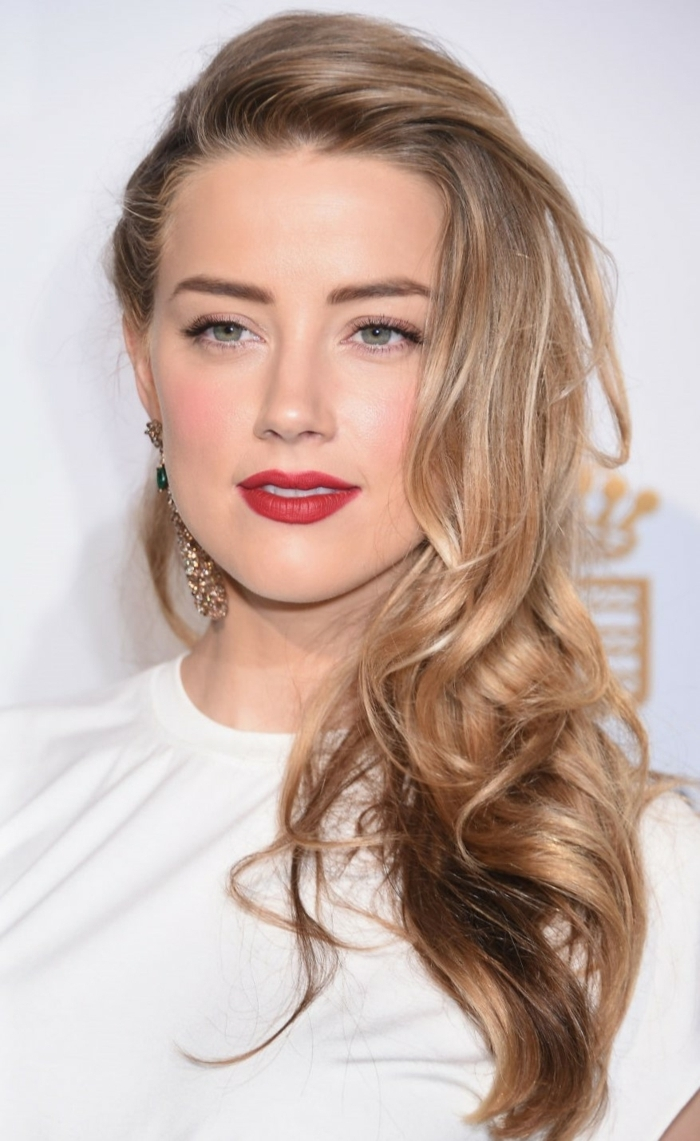 reflejos rubios, modelo de pelo castaño clato con mechas rubias muy naturales y pelo ondulado