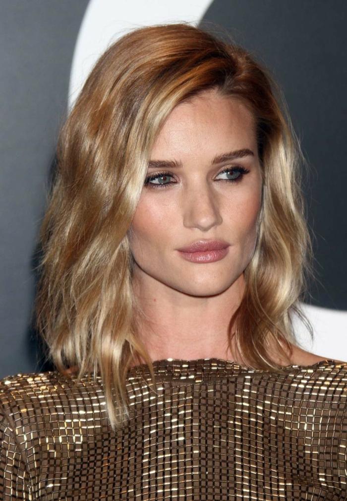 reflejos rubios modelo, mujer con media melena con pelo castaño claro con mechas y raya hacia un lado