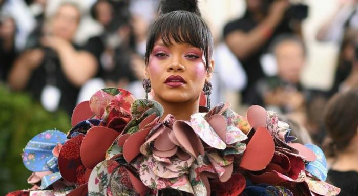 peinados media melena flequillo, Rihanna con tela de flores en el vestido con motivos florales, pendientes largos