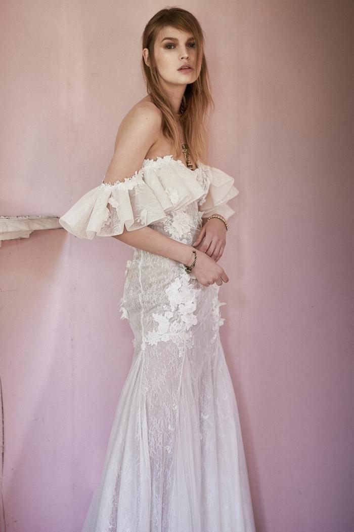 precioso vestido de tul y encaje con mangas caídas, largo vestido corte sirena en color blanco roto