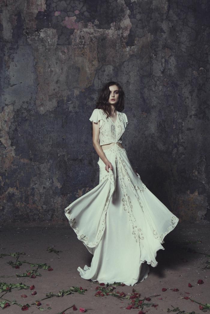 vestido en dos piezas en color blanco roto con decoraciones en dorado, precioso diseño boho chic