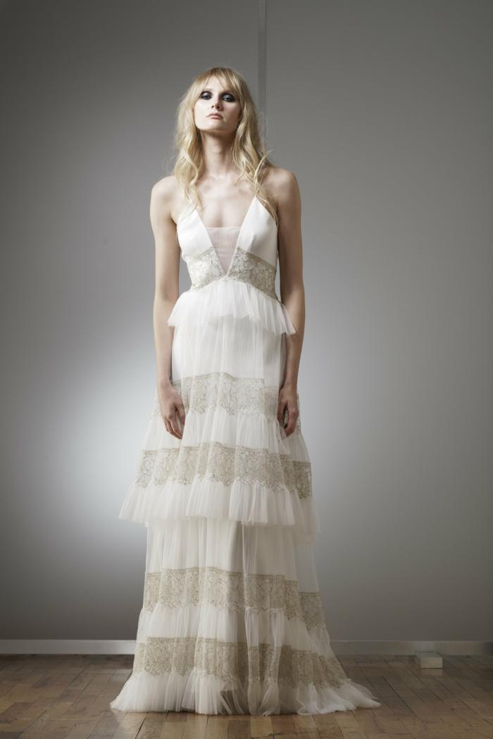 vestido de encaje en blanco y marfil, falda en capas y parte superior con hombros decubiertos
