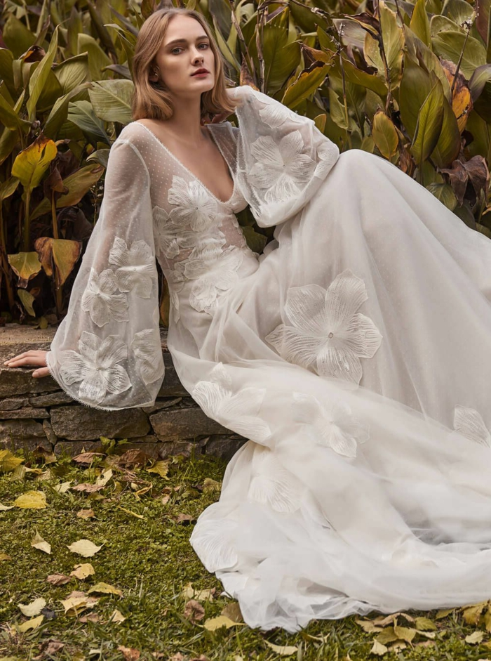 precioso vestido con mangas acampanadas y preciosa falda con bordados de flores, grande escote en V