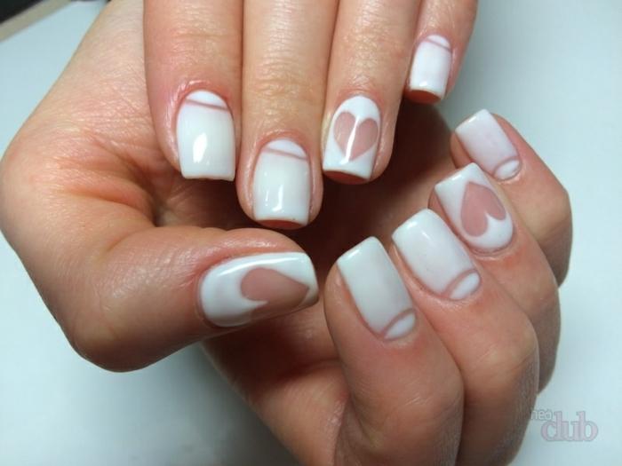 largas uñas en blanco de forma cuadrada con dibujos de corazon, diseños de uñas elegantes