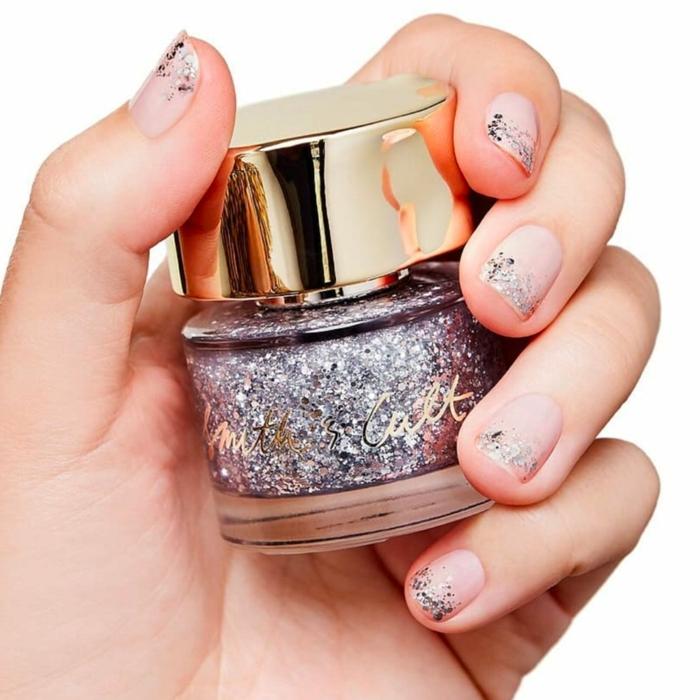 como añadir un toque glamouroso a la manicura francesa, uñas cortas con linea de esmalte brillante color plata