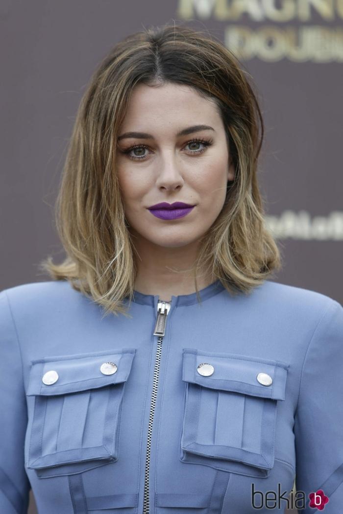 tintes rubios, Blanca Suarez con labial morado, chaqueta elegane con cremallera en color azul y media melena