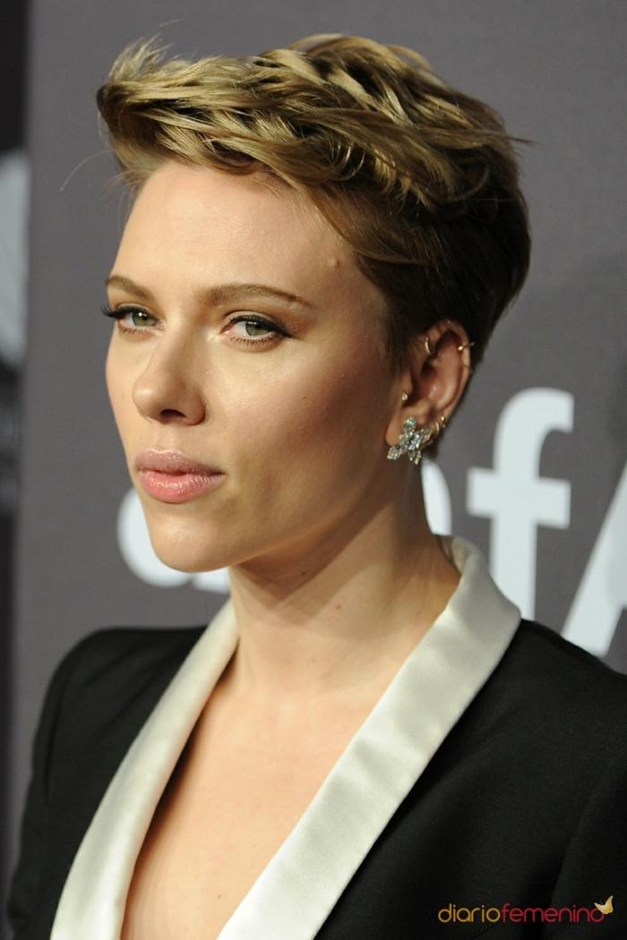 Scarlett Johansson con el corte de pelo el pixie con mechas rubias y blazzer en blanco y negro
