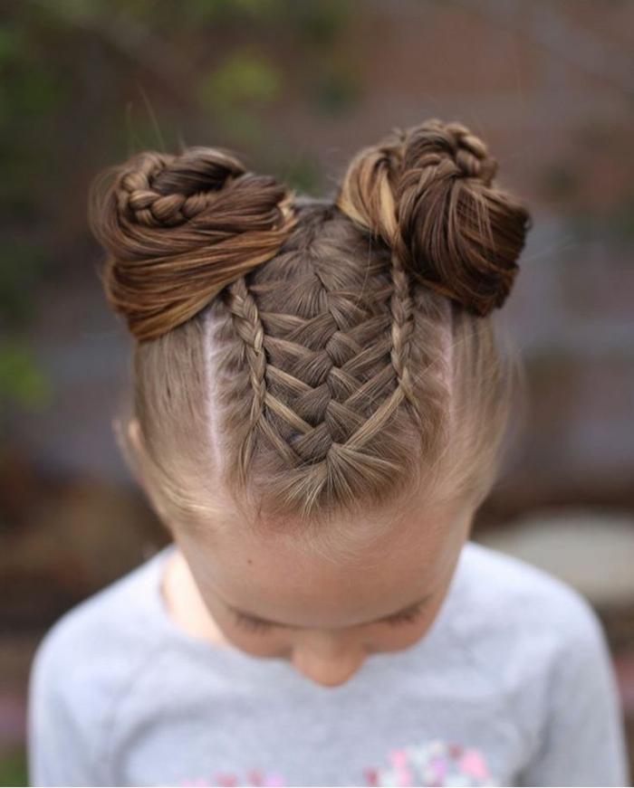 trenzas fáciles de niña con dos moños con trenzas entrelazadas en la parte superior de la cabeza