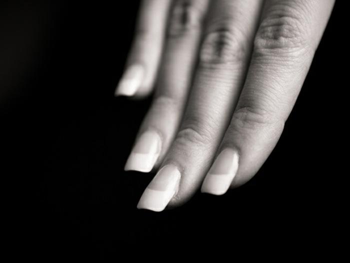 clásica manicura francesa, uñas muy largas de forma cuadrada ovalada con línea blanca gruesa
