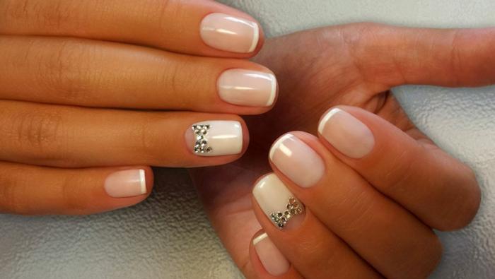 uñas cortas diseño sencillo y elegante en blanco, manicura francesa con dedo anular decorado