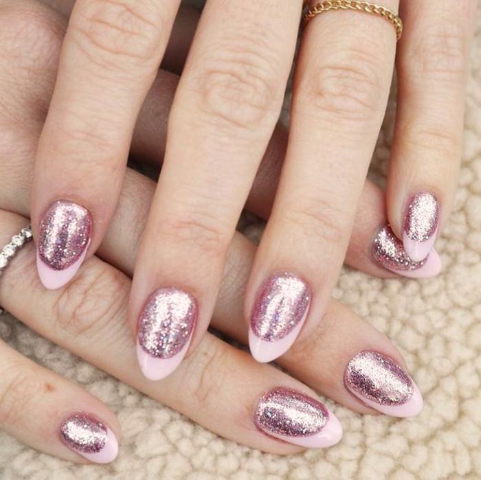 uñas de gel decoradas con esmalte purpurina en dorado, manicura french con colores metalicos
