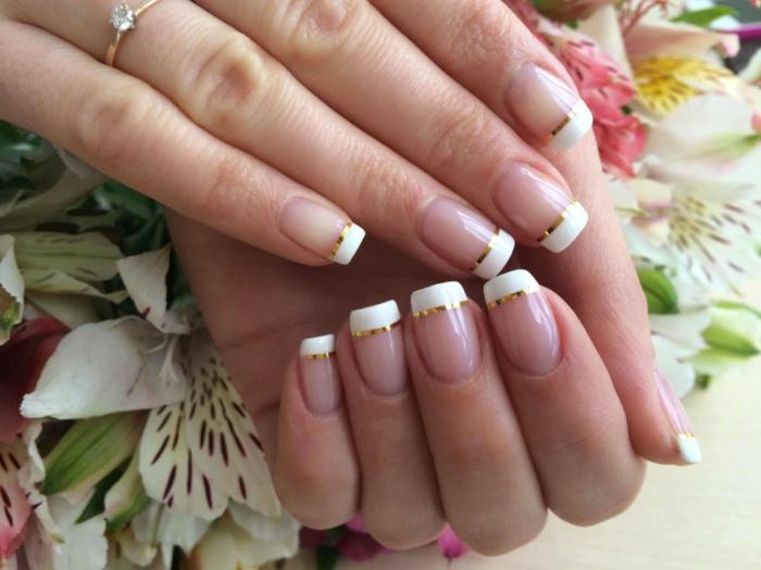 bonitas ideas para novias, uñas largas forma cuadrada con líneas blancas gruesas en las puntas y detalle en dorado