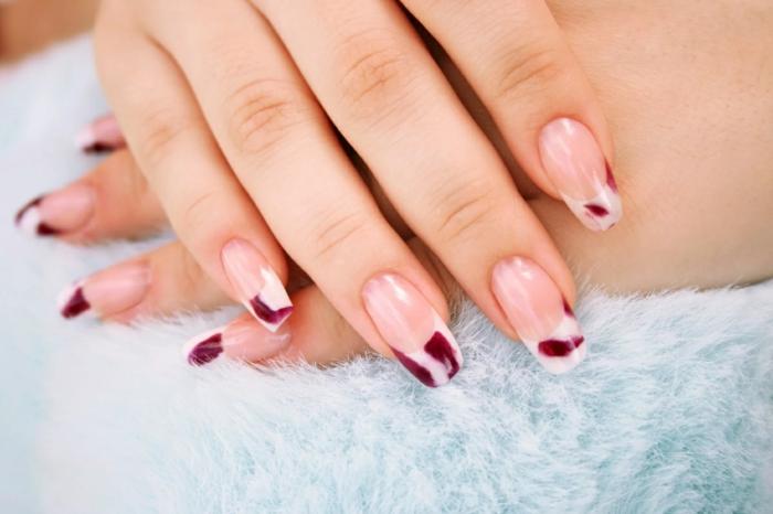 precioso diseño uñas muy largas de coma cuadrada ovalada, uñas francesas decoradas con detalles en rojo