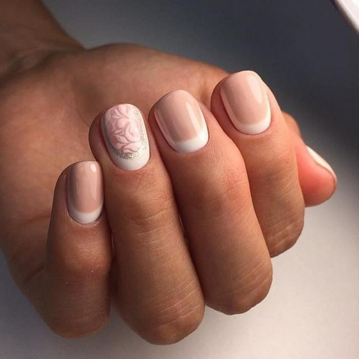 uñas manicura francesa suave y elegante, uñas cortas en beige con media luna y motivos florales