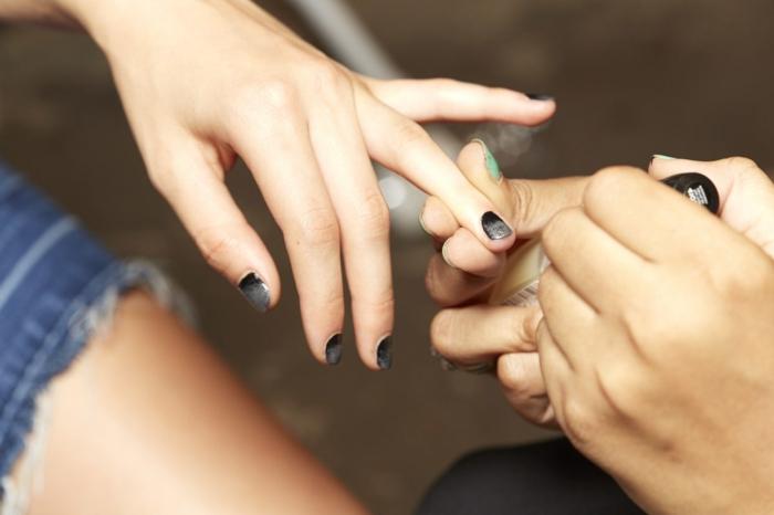 variantes modernos de uñas manicura francesa, uñas cortas en negro con puntas en plateado