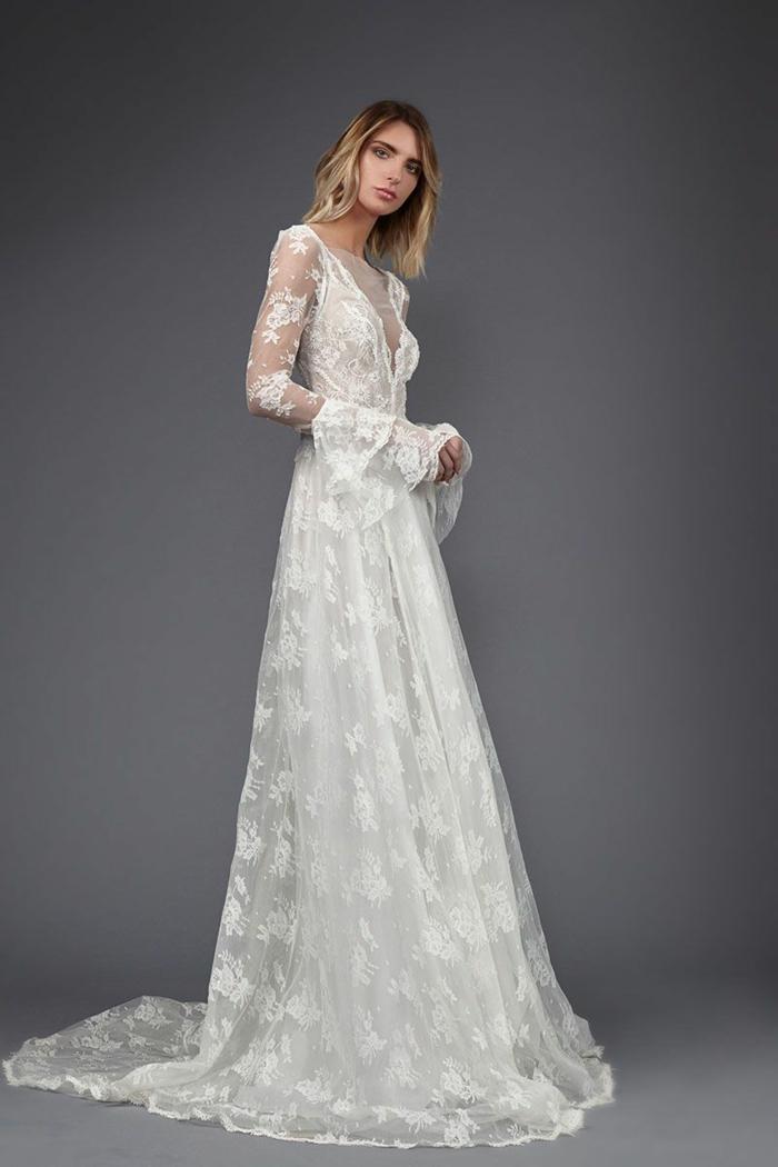 precioso vestido de encaje con bordados de flores, escote ilusión y mangas semitransparentes de encaje