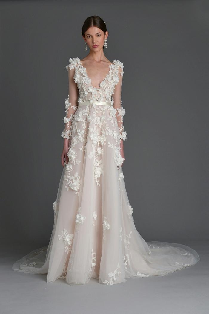 precioso vestido en estilo bohemio con bordados de flores vestido color champán pelo recogido
