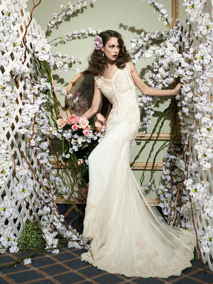 diseño de encanto en color champán, corte sirena con encaje y tul, media melena ondulada suelta
