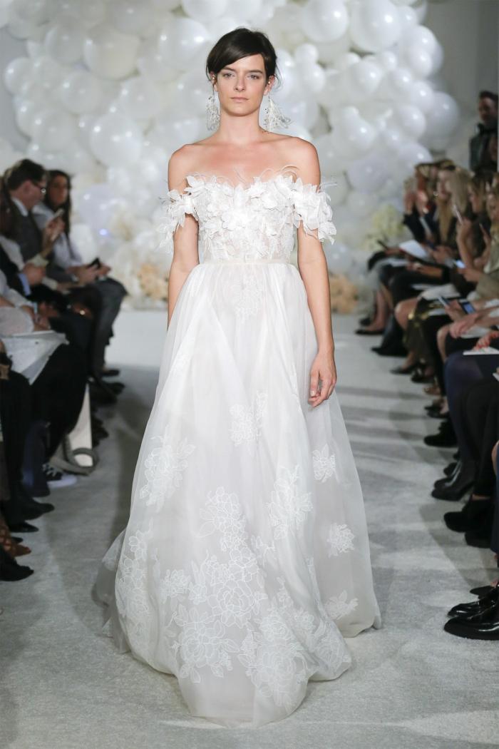 diseño de encanto de un vestido en blanco nuclear con bordados de flores y mangas cortas caídas