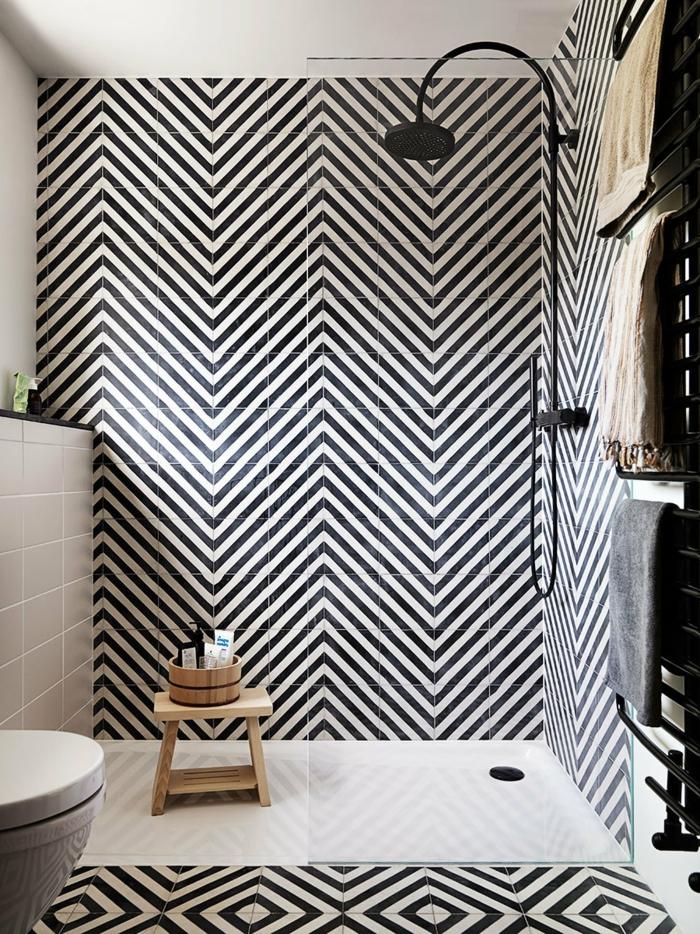 azulejos para baños pequeños en forma de zebra, dicha de color negro, silla de madera con cuenco de madera