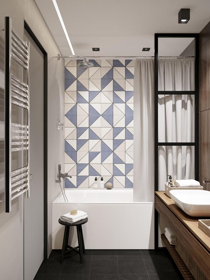 azulejos para baños, decoracion con azulejos de diferentes formas, silla negra, toallas blancas, cortinas de bañera