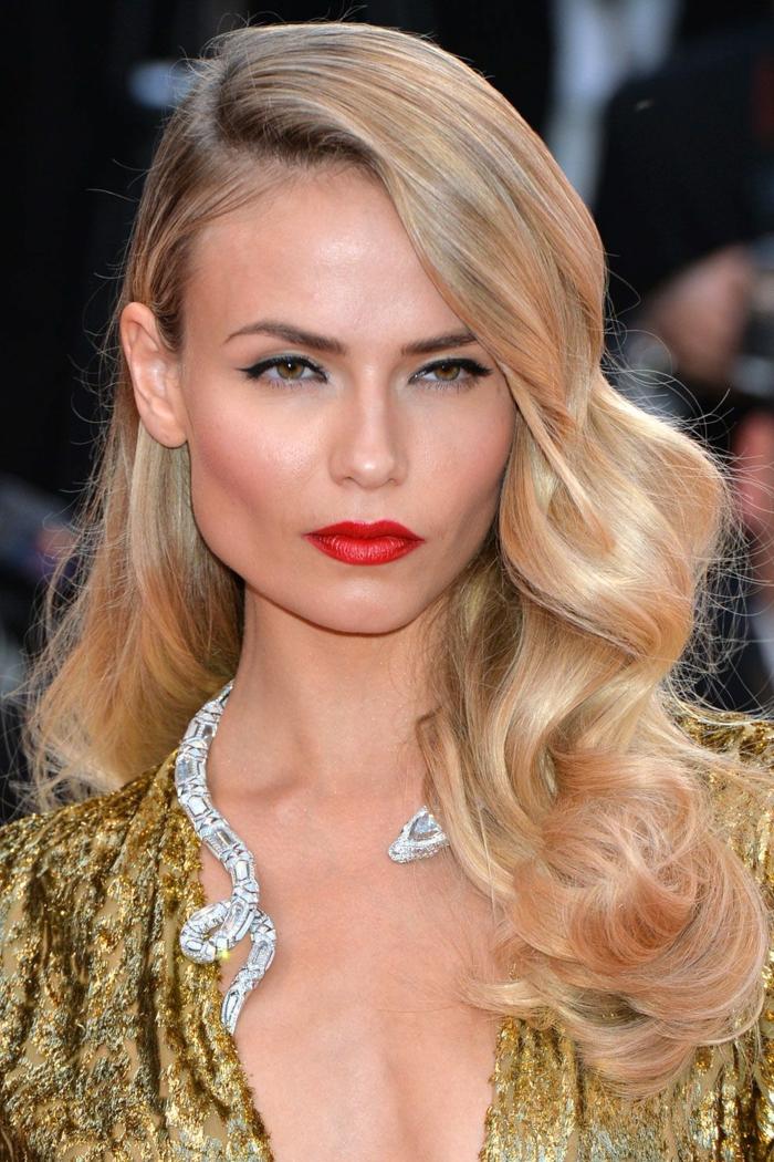 ondas al agua pelo corto, modelo con el pelo largo rubio con labial rojo fuerte y collar de plata de serpiente