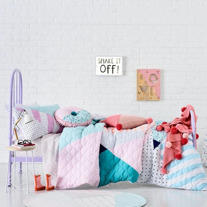 literas juveniles, cama de chica de metal pintada de lila, con mantas de diferentes colores, shake it off!