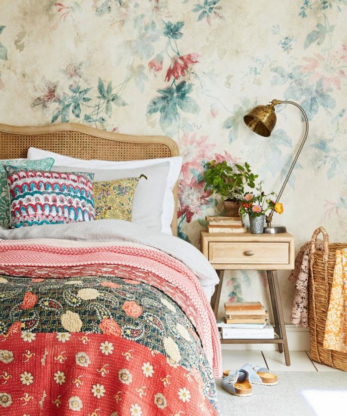 pisos decorados vinilo de flores de estilo vintage, cama con manta con motivos étnicos, lámpara metálica