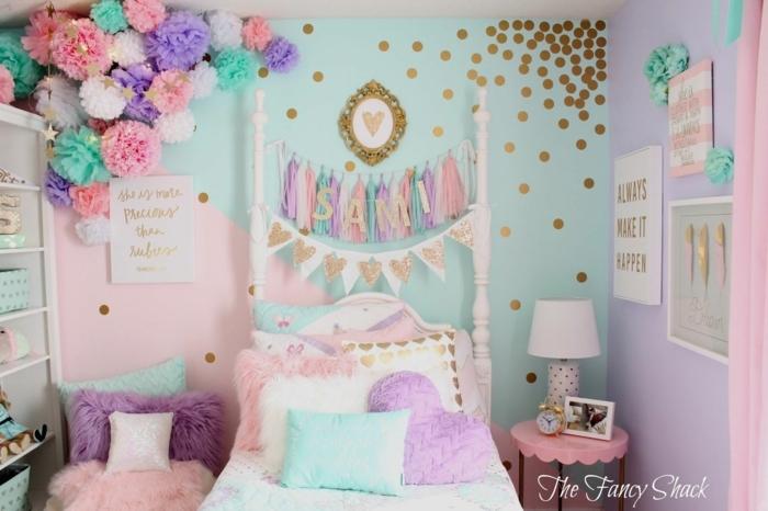 literas juveniles, cama blanca con decoraciones de pompones de papel de diferentes colores, cojines