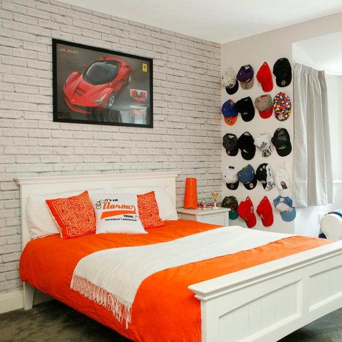 pintar habitacion juvenil, cama blanca de habitación de chico en naranja y blanco, gorras en la pared