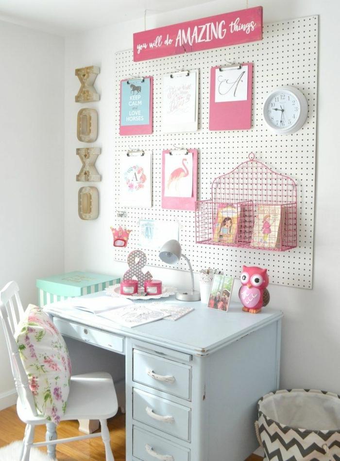 pintar habitacion juvenil, escritorio de color azul claro con silla blanca con cojin blanco de flores, xoxo