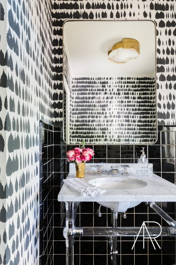 azulejos para baños, suelo y mirad de la pared con baldosas negras, pared pintada con formas negras