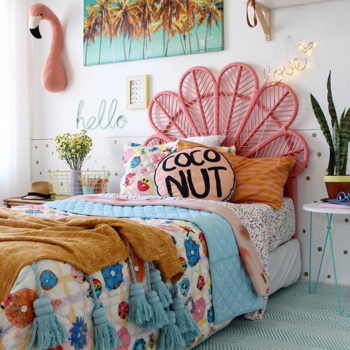 camas nido juveiles, almohada en rosa claro coconut, manta de flores de diferentes colores, flamingo