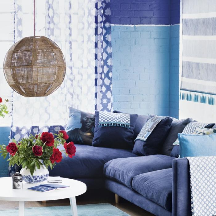 claves de moda para pintar un piso, sofá azul marino con cortinas en azul con detalles blancos