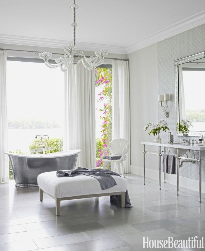 precioso baño decorado en gris y blanco, bañera exenta vintage color plata, cortinas en blanco