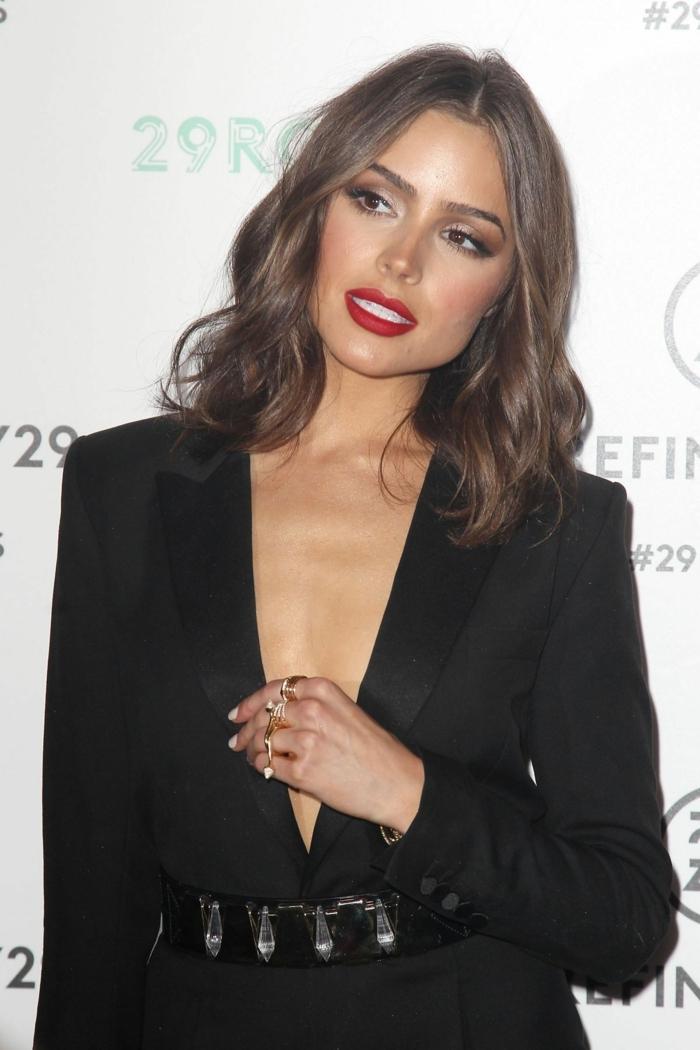 ondas surferas, Olivia Palermo con media melena castaña con raya en el medio y labial rojo fuerte